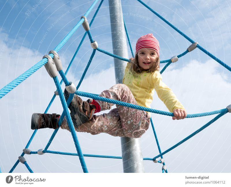 Mädchen auf Klettergerüst Freude Klettern Bergsteigen Kind Seil Mensch Kindheit 1 3-8 Jahre Hose Mütze festhalten lachen Spielen hoch oben Glück Fröhlichkeit