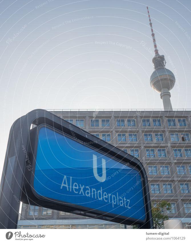 Station Alexanderplatz blau Haus Berlin Deutschland Turm Mitte Hauptstadt Wahrzeichen Sehenswürdigkeit Personenverkehr U-Bahn Station Berliner Fernsehturm Alexanderplatz Verkehrsmittel Haltestelle
