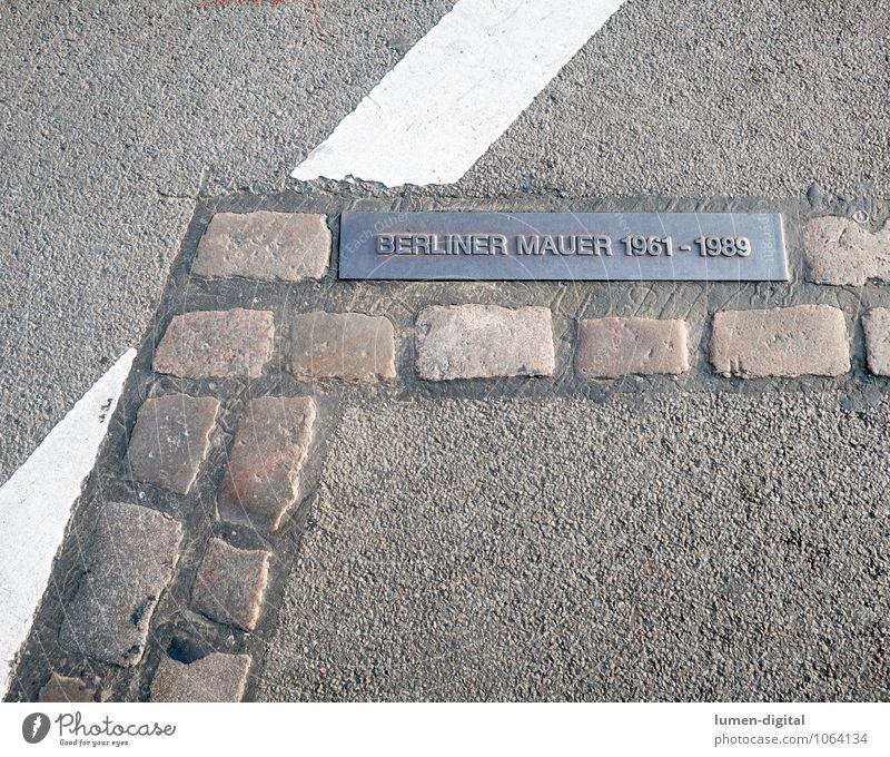 Gedenksteine Berliner Mauer Stadt Hauptstadt Wand Denkmal Straße Stein Schilder & Markierungen Freiheit Hoffnung Tourismus Vergangenheit Wiedervereinigung Osten