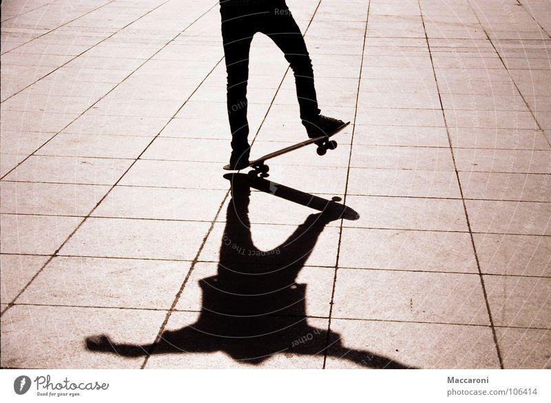 Manual Mensch schwarz Linie Luft Verkehr Schuhe bedrohlich Neigung Risiko sportlich Mitte Hose Skateboarding Anschnitt Köln Dom