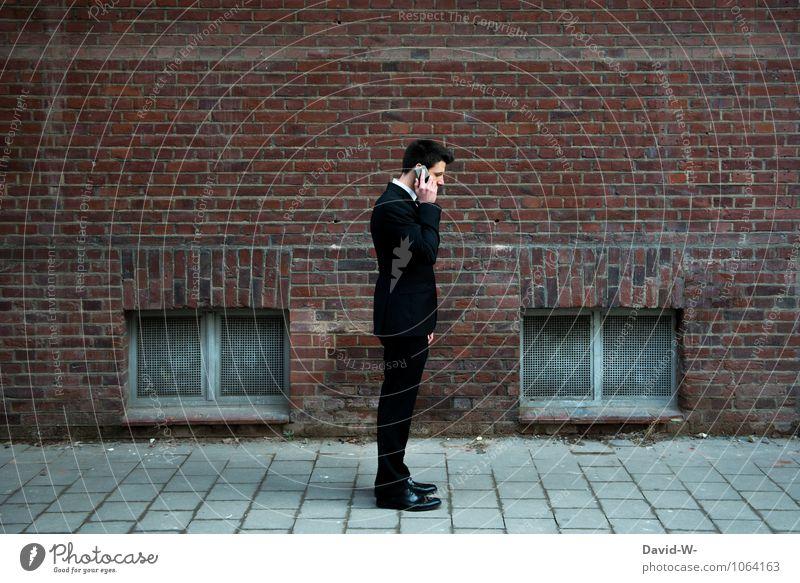 Businessman mit Handy Mensch Erwachsene sprechen Arbeit & Erwerbstätigkeit maskulin elegant Erfolg warten Kommunizieren Telekommunikation Telefon Bildung hören