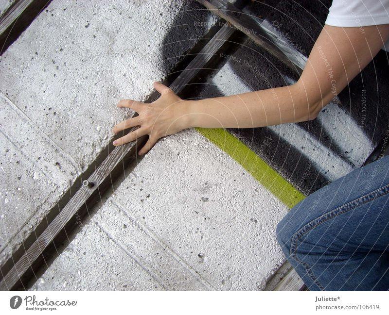 Aufstieg!!! Beton Wand Hand Hose Finger gefährlich gewagt gekonnt Holz schwindelfrei Kraft Graffitti Arme hoch Jeanshose Mut bedrohlich