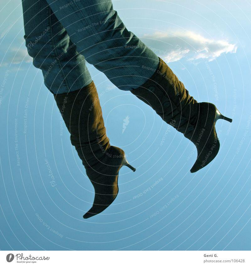 in der luft hängen Frau Himmel Wolken Beine Luft fliegen hoch Bekleidung Jeanshose Hose Stiefel Schweben obskur aufsteigen himmlisch