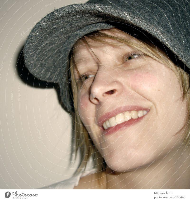 Let's cap me, baby Frau Freude Gesicht lachen grau Haare & Frisuren blond Bekleidung Mütze Nadelstreifen Baseballmütze