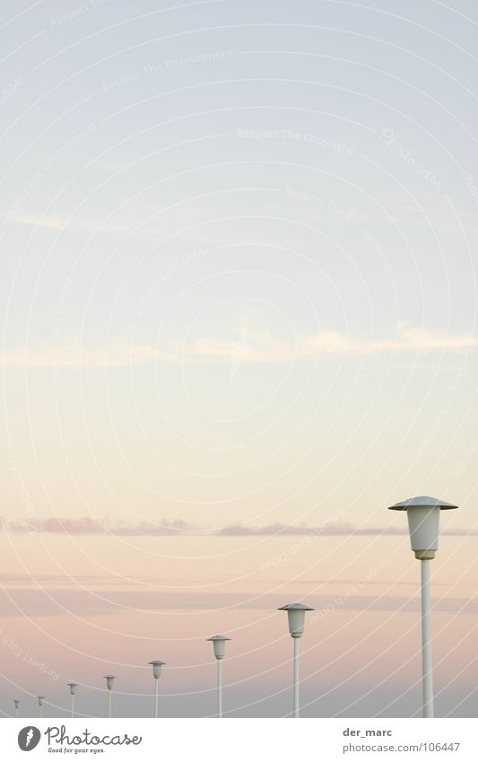 Strassenlaternen, Weg Himmel Wolken Nebel trist Streifen Laterne Verkehrswege Straßenbeleuchtung aufsteigen Pastellton