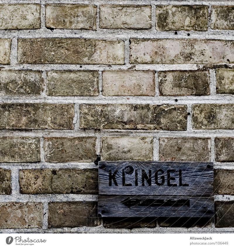 <- Klingel Haus Wand Holz Mauer Schilder & Markierungen Schriftzeichen Buchstaben streichen Backstein Richtung Hinweisschild Eingang links Klingel gemalt Besucher