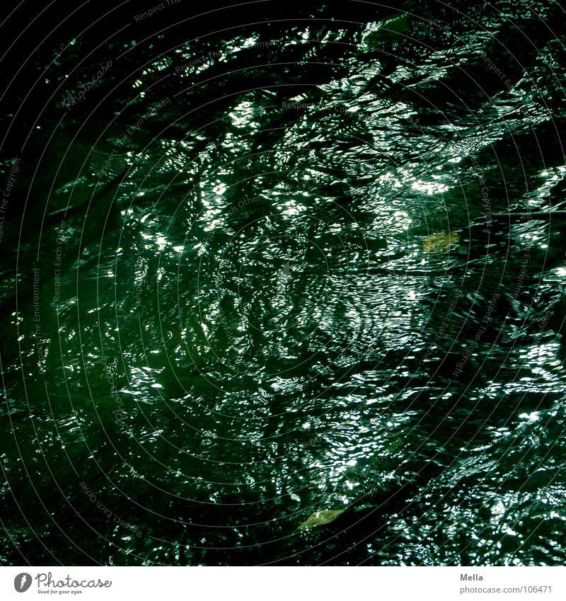 Dunkle Wasser grün dunkel glänzend nass Fluss tief Bach unheimlich Geplätscher
