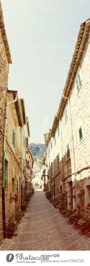 ... einfach geradeaus ... Kunst ästhetisch Gasse Kleinstadt Mallorca Spanien Romantik verträumt Seitenstraße Straße eng schmal Farbfoto Gedeckte Farben