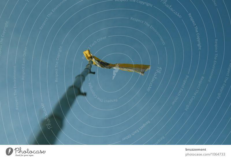 Im Zeichen der Brötchentüte blau Freude gelb lustig Spielen Wind Lebensfreude Papier Fahne Wolkenloser Himmel hängen wehen Stolz Fahnenmast Bambusrohr