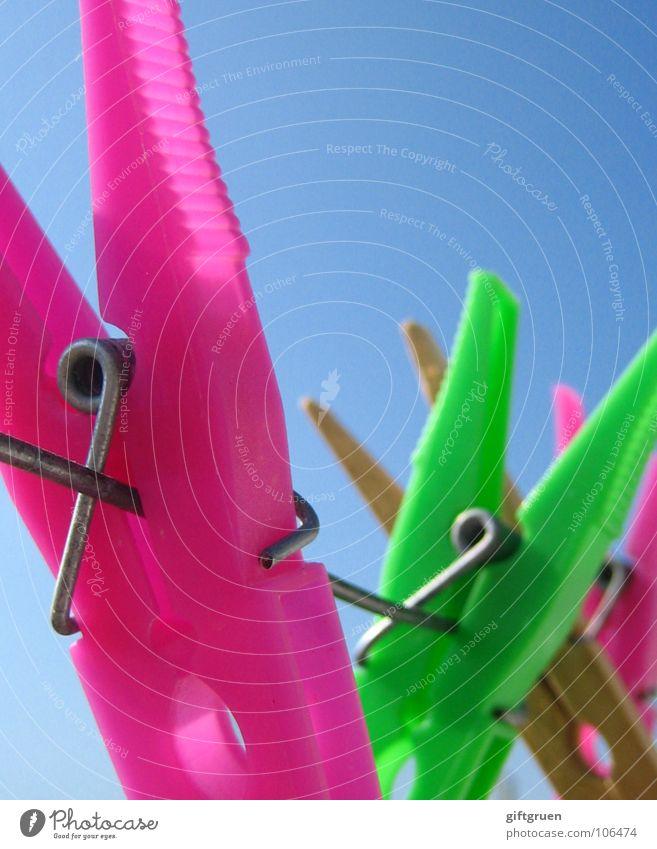 waschtag Wäscheklammern Wäscheleine Klammer rosa grün giftgrün grasgrün Holz mehrfarbig Farbe Handwerk Seil Himmel Blauer Himmel