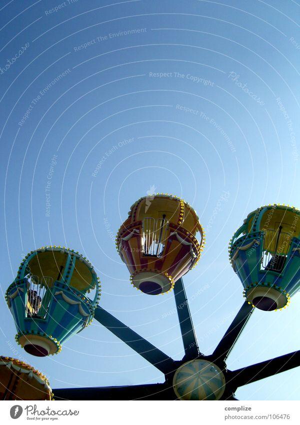 Kreisverkehr Himmel blau Freude Spielen Kindheit fliegen Kreis rund fahren Jahrmarkt Riesenrad Karussell Vergnügungspark Attraktion Fahrgeschäfte