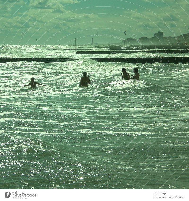 it´s just a big whirlpool Oberkörper kalt sprudelnd prickeln Whirlpool Wellen Meer Rauschen Strand Steg Aktion Schaum nass Wolken Meerwasser