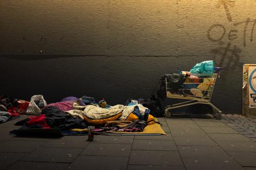 ... dann doch lieber Arm ab Mensch Stadt Einsamkeit kalt Traurigkeit Zeit Deutschland liegen Armut schlafen kaufen Hamburg Müll Verzweiflung unterwegs