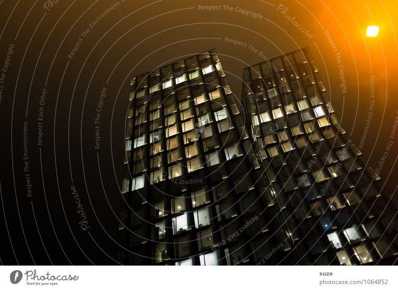 Im Rampenlicht | Stadtriesen Haus dunkel Fenster gelb Architektur Gebäude Deutschland Fassade Arbeit & Erwerbstätigkeit Business leuchten Büro Hochhaus hoch