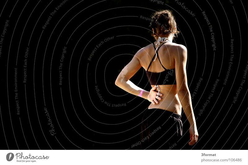 athletin Frau feminin Athlet Muskulatur Oberkörper schön attraktiv Anmut schwarz Zoomeffekt ruhig stagnierend Konzentration Hand Handfläche Sport Leichtathletik