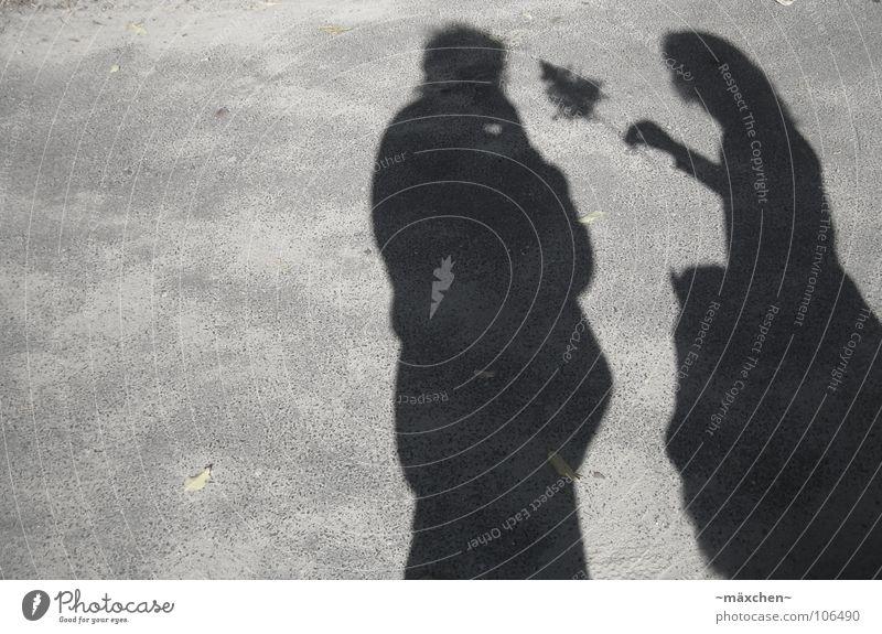 Liebesbeweis Liebesbekundung schwarz weiß Blume Romantik Zuneigung Geständnis süß Zusammensein Geborgenheit Freude Schwarzweißfoto Schatten Kontrast Mensch