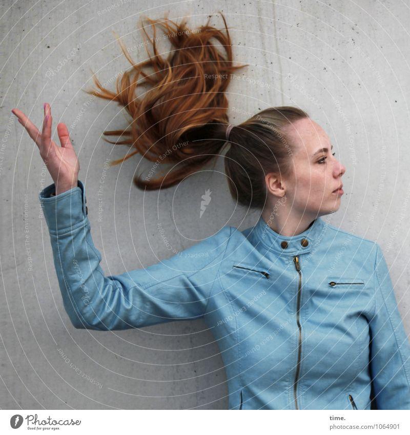 . feminin Junge Frau Jugendliche 1 Mensch Mauer Wand Jacke blond langhaarig Zopf beobachten werfen ästhetisch schön Mut Wachsamkeit Leben Stolz Bewegung elegant