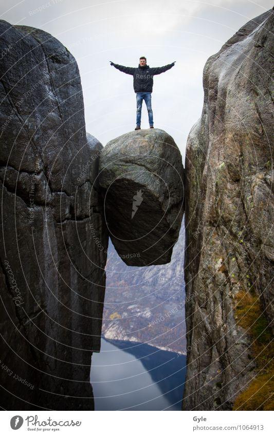 On top Mensch Himmel Natur Ferien & Urlaub & Reisen Mann Wasser Landschaft Erwachsene Berge u. Gebirge außergewöhnlich Stein Felsen maskulin wandern bedrohlich