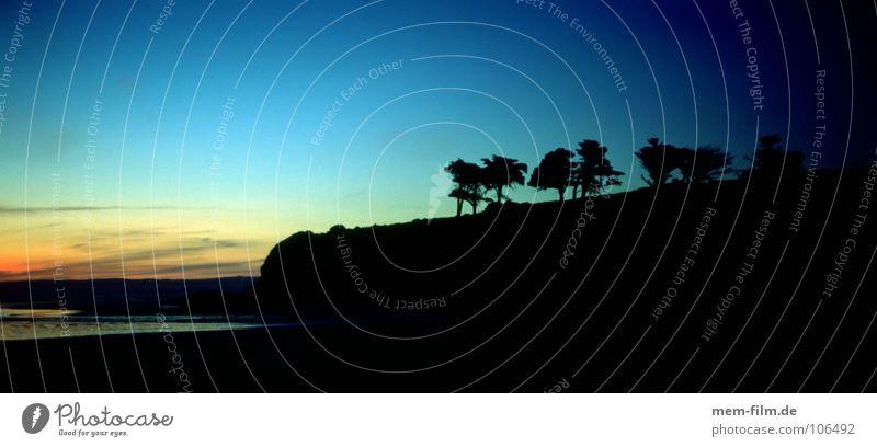 sunset point Wasser schön Himmel Baum Sonne Meer blau Strand Ferien & Urlaub & Reisen Wolken dunkel orange Küste Abenddämmerung Klippe