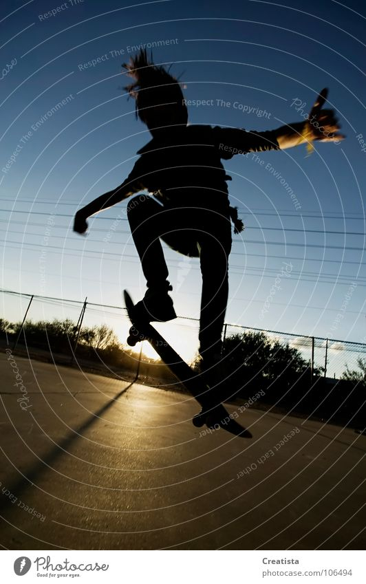 Skateboarder in Silhouette Jugendliche Skateboarding Trick springen Sonnenuntergang Extremsport Boy teenage Sport skinny youth young rebel hair Parkdeck ripped