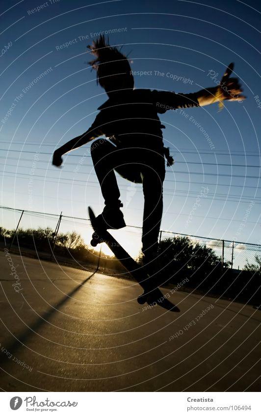 Skateboarder in Silhouette Jugendliche Sport springen Jeanshose Skateboarding Trick Parkdeck Extremsport Air