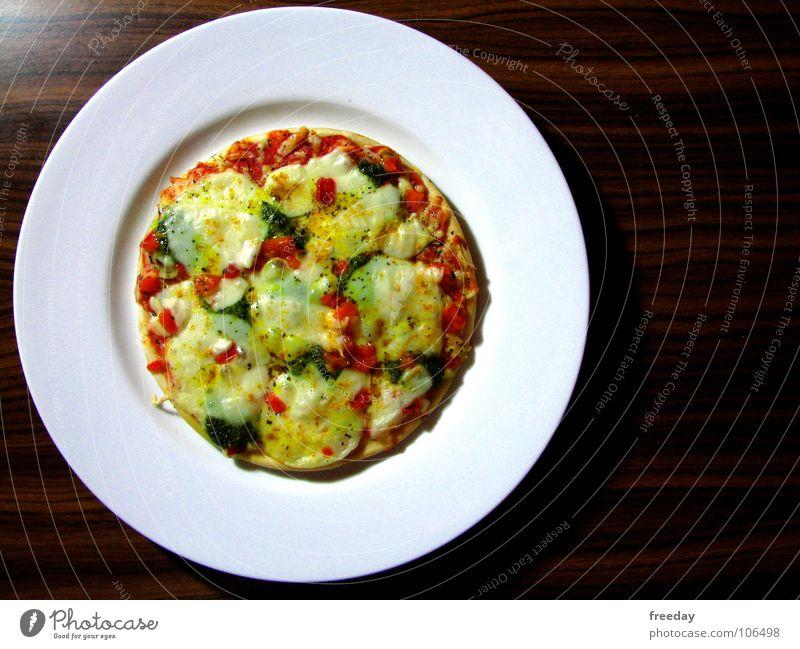 ::: FOOD ::: Pizza Käse Paprika Kräuter & Gewürze lecker Fastfood Ernährung Teller Tisch braun gelb rot Italien rund klein Snack Mittag Mittagessen Auftrag Holz