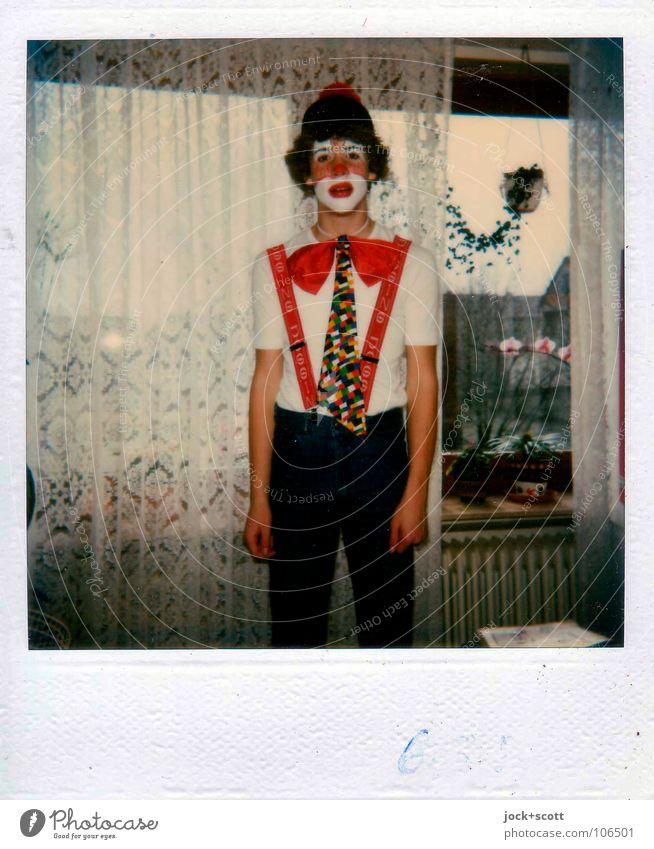 Du Clown Du Mensch Kind Jugendliche Farbe rot Freude Junger Mann Fenster lustig lachen Denken Feste & Feiern Kunst Häusliches Leben Kindheit dünn