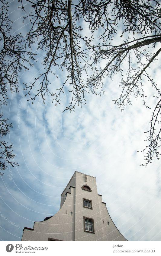 spitzentreffen. Himmel alt Baum Haus Fenster Wand Architektur Gebäude Mauer Stein Fassade Wohnung Häusliches Leben Kraft Perspektive groß