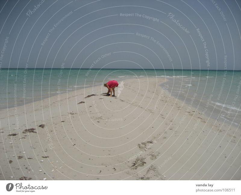 Muschelsammlerin II Mensch Frau Himmel blau Wasser Ferien & Urlaub & Reisen Sommer Meer Strand Einsamkeit Ferne Sand träumen Horizont braun Wellen