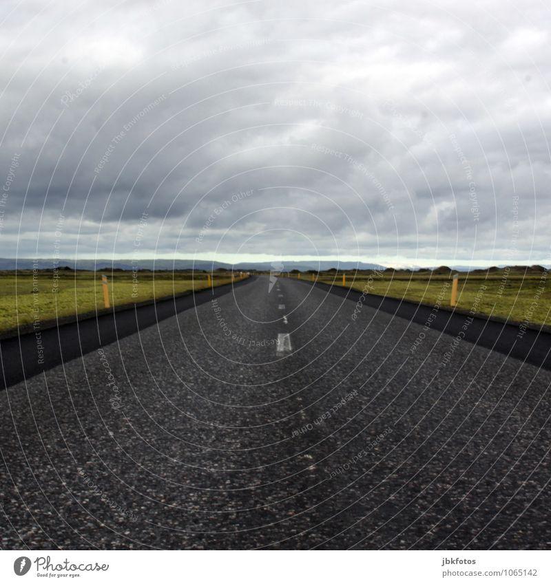 Bis an`s Ende der Welt Autofahren Straße kalt leer Ende des Überholverbots Island Brennpunkt Mitte Mittellinie Horizont Quadrat Ferne Unendlichkeit