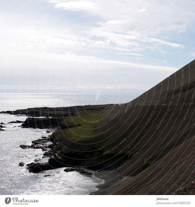 steile Küste mit Straße Umwelt Natur Landschaft Urelemente Sand Feuer Wasser Sonnenlicht Sommer Hügel Felsen Berge u. Gebirge Vulkan Wellen Strand Fjord Meer