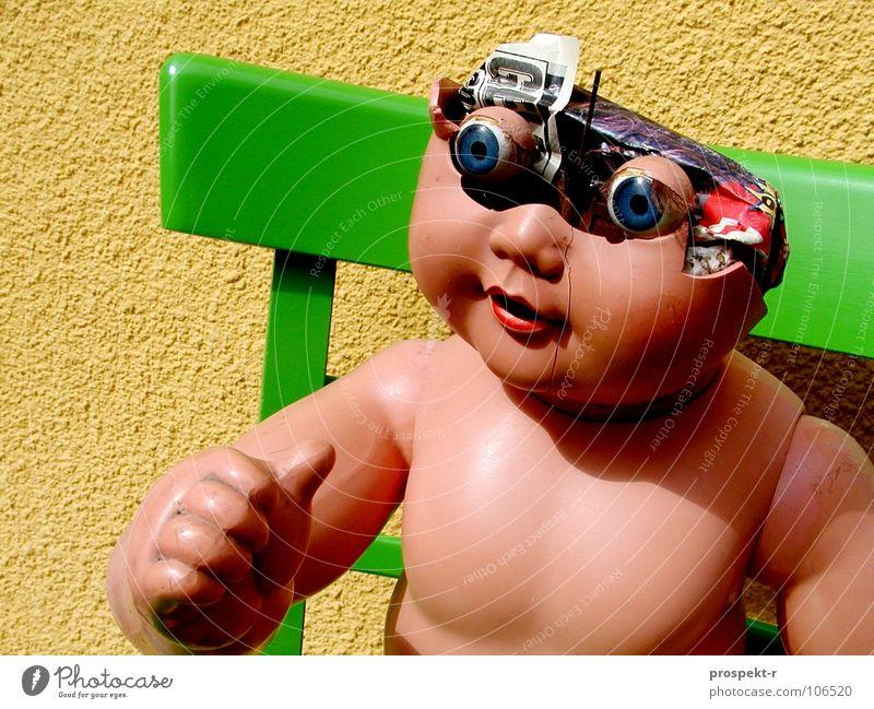 Tschakie 01 (schwere Kindheit) gelb grün kaputt Spielzeug Gehirn u. Nerven obskur Puppe Stuhl kapput Schädel kaputtes Spielzeug Schatten Daumen hoch Auge
