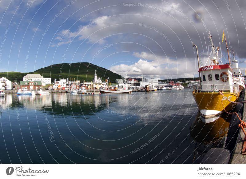 knallgelbes Fischerboot Umwelt Natur Landschaft Wasser Wolken Schönes Wetter Gras Hügel Bucht Fjord Meer Atlantik Verkehrsmittel Schifffahrt Bootsfahrt Hafen