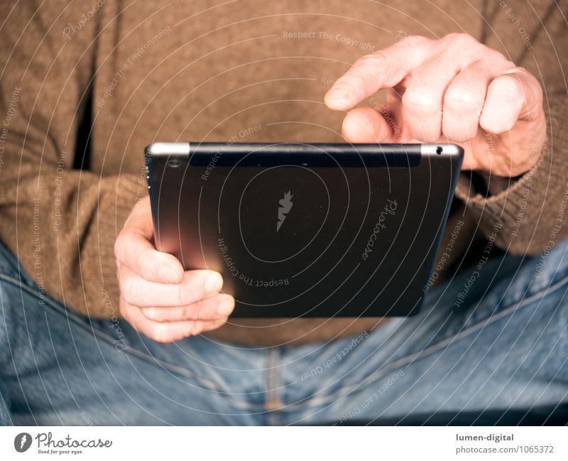Hände mit Tablet Mann Erwachsene maskulin sitzen Technik & Technologie Finger Telekommunikation Netzwerk Internet Information Gerät Elektronik PDA Tablet Computer Hardware High-Tech