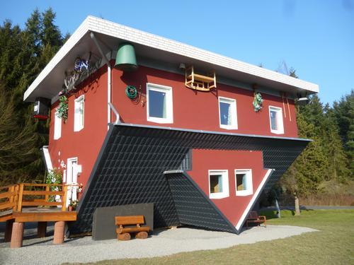 Verkehrte Welt Freude Haus Architektur Gebäude Freiheit Kunst Häusliches Leben Fröhlichkeit Lebensfreude Zukunft Dach Überraschung Fortschritt Ausstellung
