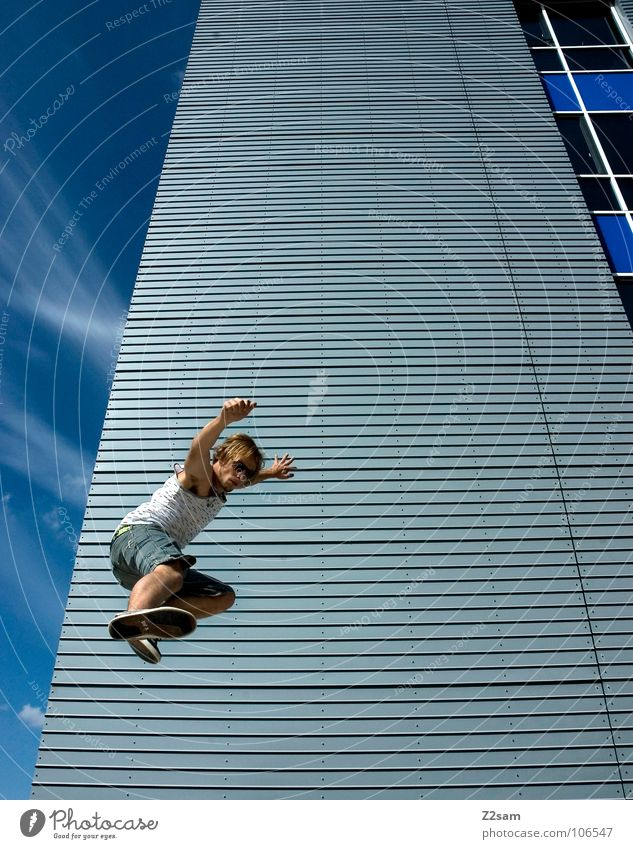 absprung I Mensch Himmel blau Wolken Haus Architektur springen fliegen modern Hochhaus Aktion Perspektive Coolness kämpfen abwärts lässig