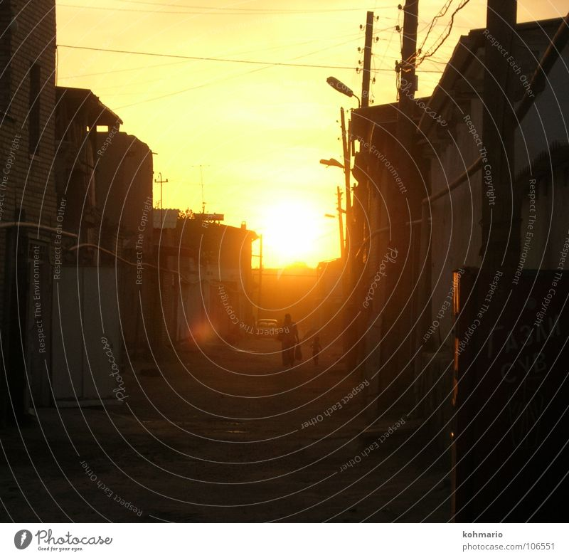 Heimweg Sonne Haus Straße Wärme Glück orange Spaziergang Frieden Gasse Leitung Usbekistan