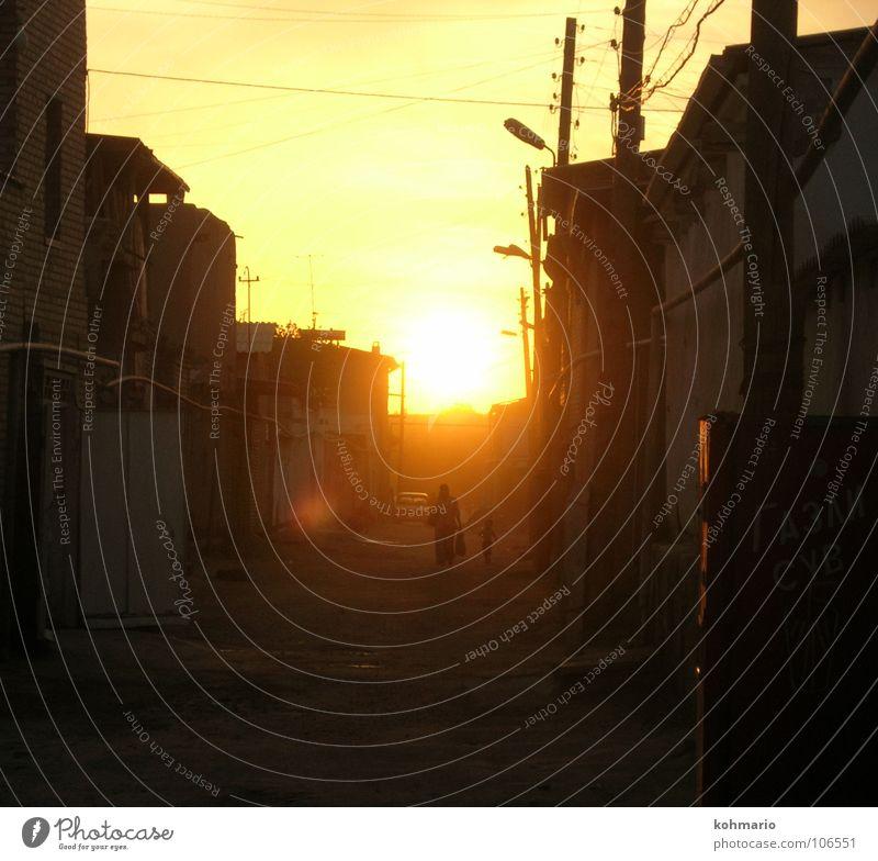 Heimweg Sonnenuntergang Gegenlicht Gasse Usbekistan Haus Leitung Spaziergang Außenaufnahme Frieden Wärme Straße Glück orange