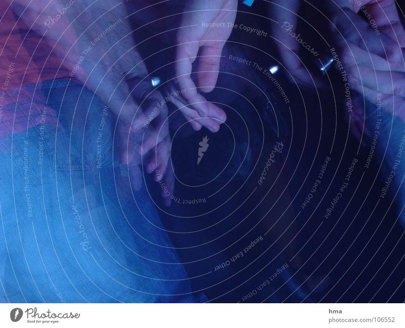 Tanzflur Hand Party Tanzfläche Finger dunkel Club Stroboscop Tanzen Mensch blau