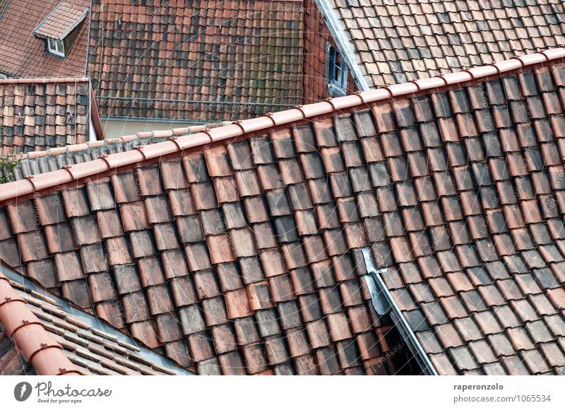 Ein Hoch auf den Dachdecker rot Haus Häusliches Leben Wandel & Veränderung Schutz Sicherheit Bauwerk Tradition Stadtzentrum Sehenswürdigkeit Kleinstadt
