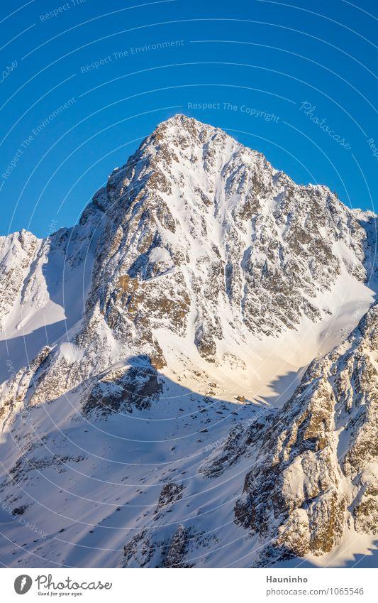 Felsmassiv ll Ferien & Urlaub & Reisen Tourismus Abenteuer Winter Schnee Winterurlaub Berge u. Gebirge Natur Landschaft Wolkenloser Himmel Sonnenlicht