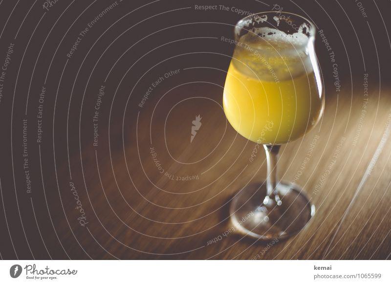 Stilvoll Getränk Erfrischungsgetränk Alkohol Bier Glas Bierglas Biertulpe glänzend lecker schön gelb ruhig Schaum Bierschaum Farbfoto Gedeckte Farben