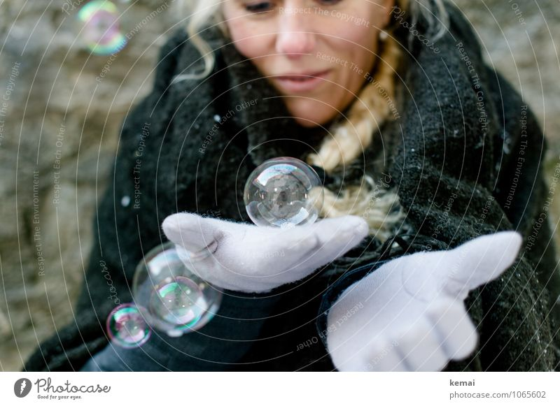 Glaskugel Freude Spielen Seifenblase Winter Mensch feminin Frau Erwachsene Leben Hand 1 Stoff Decke Umhang Handschuhe blond langhaarig Zopf festhalten