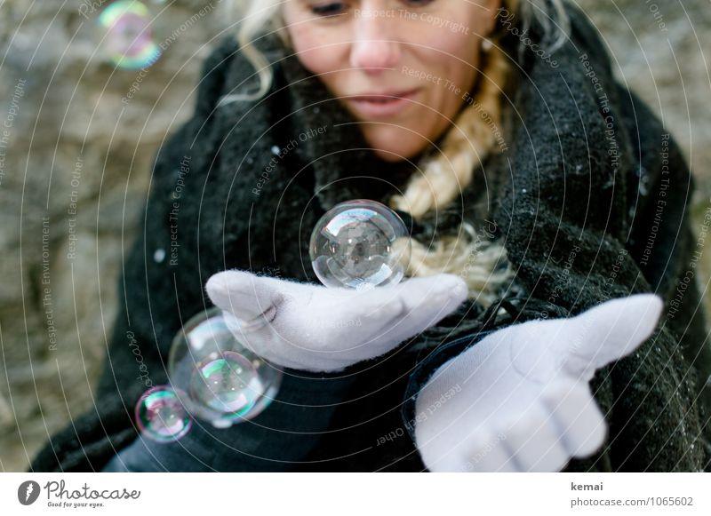 Glaskugel Mensch Frau Hand Freude Winter kalt Erwachsene Leben feminin Spielen Glück blond Fröhlichkeit Lebensfreude Freundlichkeit festhalten