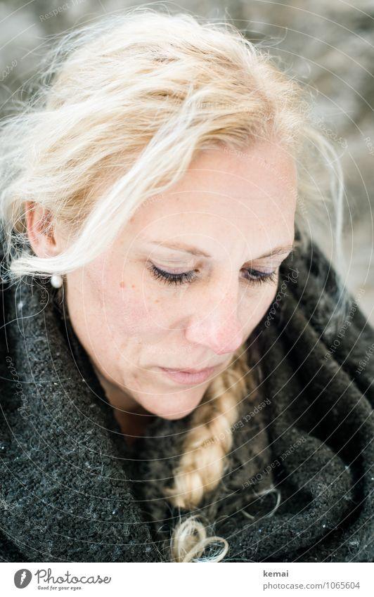 Gedanken Gesicht Winter Mensch feminin Frau Erwachsene Leben Kopf 1 30-45 Jahre Decke Haare & Frisuren blond langhaarig Zopf Blick hell schön Gefühle friedlich