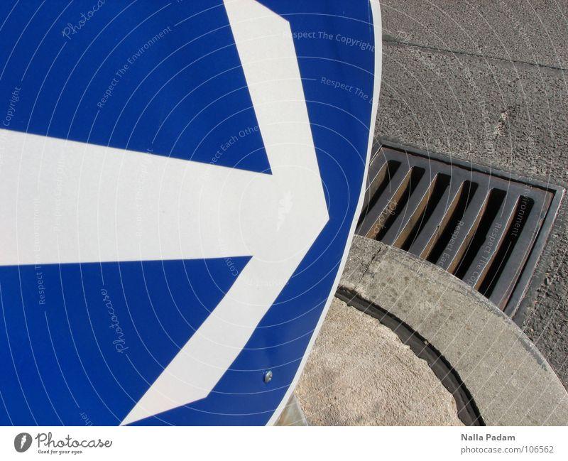 Da hinein? Verkehrsschild weiß Gully Eisen Beton grau rund Richtung Abfluss Straßennamenschild blau Pfeil richtungsweisend da rein Gefahrenzeichen