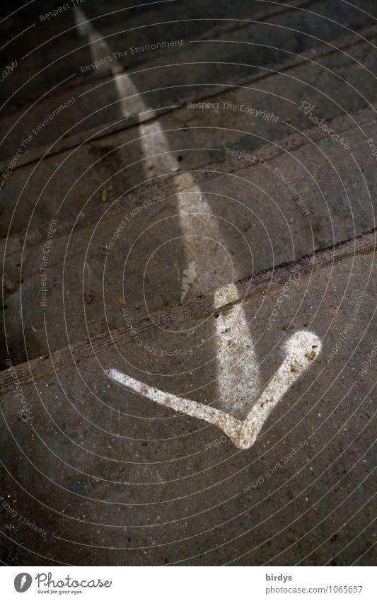 Ausweg Treppe Beton Zeichen Pfeil authentisch außergewöhnlich trist grau weiß Erfolg Freiheit Hilfsbereitschaft Problemlösung Überleben Wege & Pfade Ziel