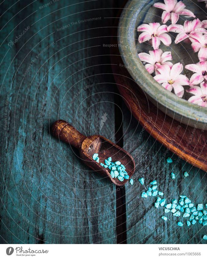 Holzschaufel mit Badesalz, Wellness Natur blau Wasser Erholung Blume Leben Stil Hintergrundbild rosa Design Badewanne Körperpflege Duft