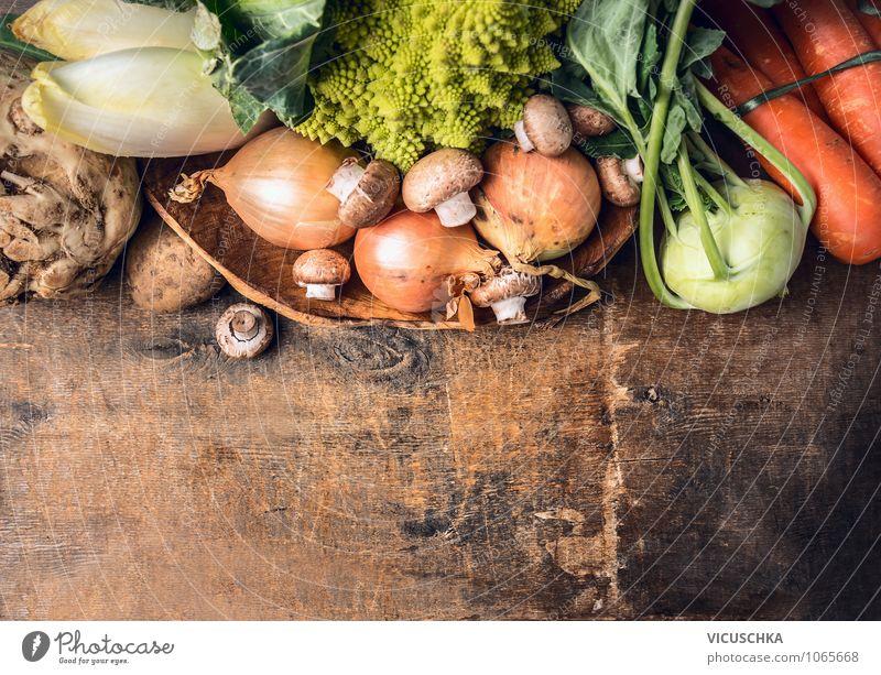 Frisches Gemüseauswahl auf altem Holztisch Natur Gesunde Ernährung Leben Stil Garten Lebensmittel Design Tisch Kochen & Garen & Backen Küche Bioprodukte
