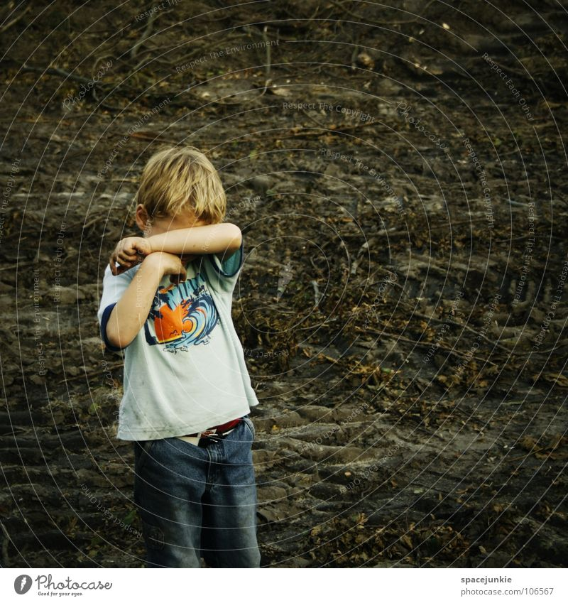 Playground Kind Einsamkeit Junge Traurigkeit Erde Feld Angst Trauer Sehnsucht Kleinkind Verzweiflung weinen Tränen Spielplatz Ödland Enttäuschung